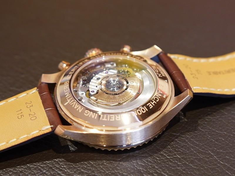 レッドゴールドケースにブロンズカラーの文字盤が上品なナビタイマー8 B01 クロノグラフ43-NAVITIMER