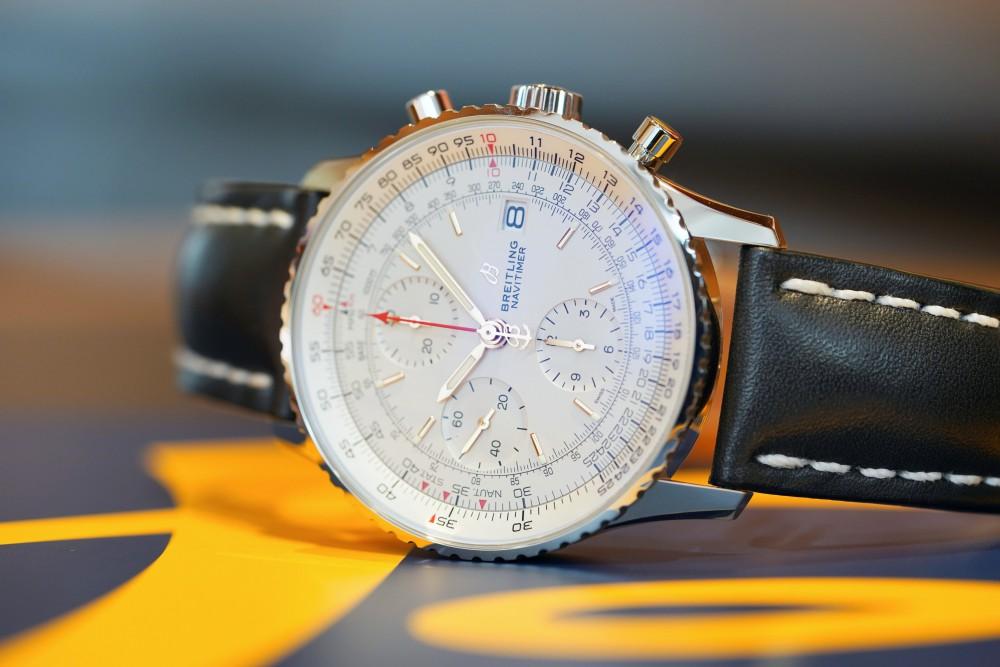 白いダイヤルで一回り小振りなデザインに魅力を感じるナビタイマー-NAVITIMER