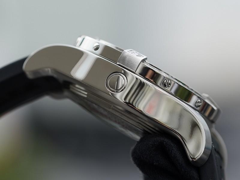 ブライトリングで最も高い防水性を持つモデル。堅牢な極厚いケースも特徴的な「アベンジャーⅡ シーウルフ」-AVENGER