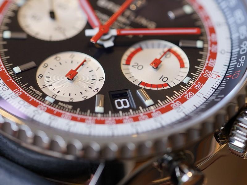 1960年代、70年代の民間航空の先駆者への敬意を込めたコレクション。ブラック×レッドが目を惹く「ナビタイマー1 B01 クロノグラフ 43 スイス エア エディション」-ナビタイマー