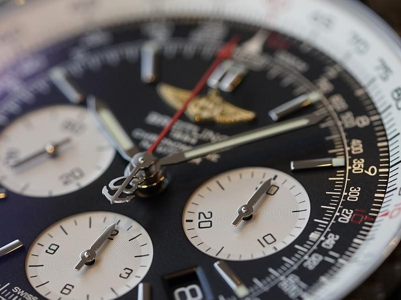 """様々な航空計算が可能な""""腕に装着する計器""""「ナビタイマー1 B01 クロノグラフ」。イエローゴールドのウィングロゴマーク モデルは日本特別仕様モデルです!-NAVITIMER"""