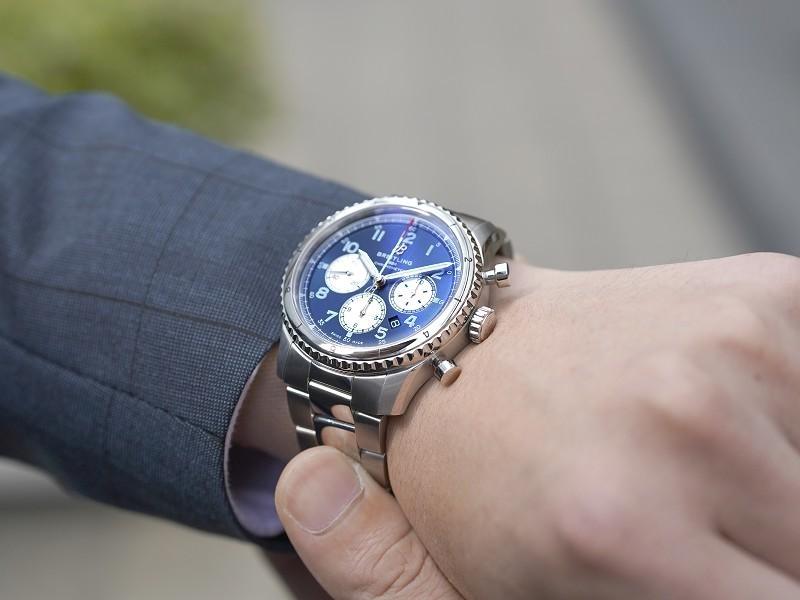 爽やかなブルーのダイヤルが魅力的なパイロットウオッチ!アビエイター 8 クロノグラフ-アビエイター 8