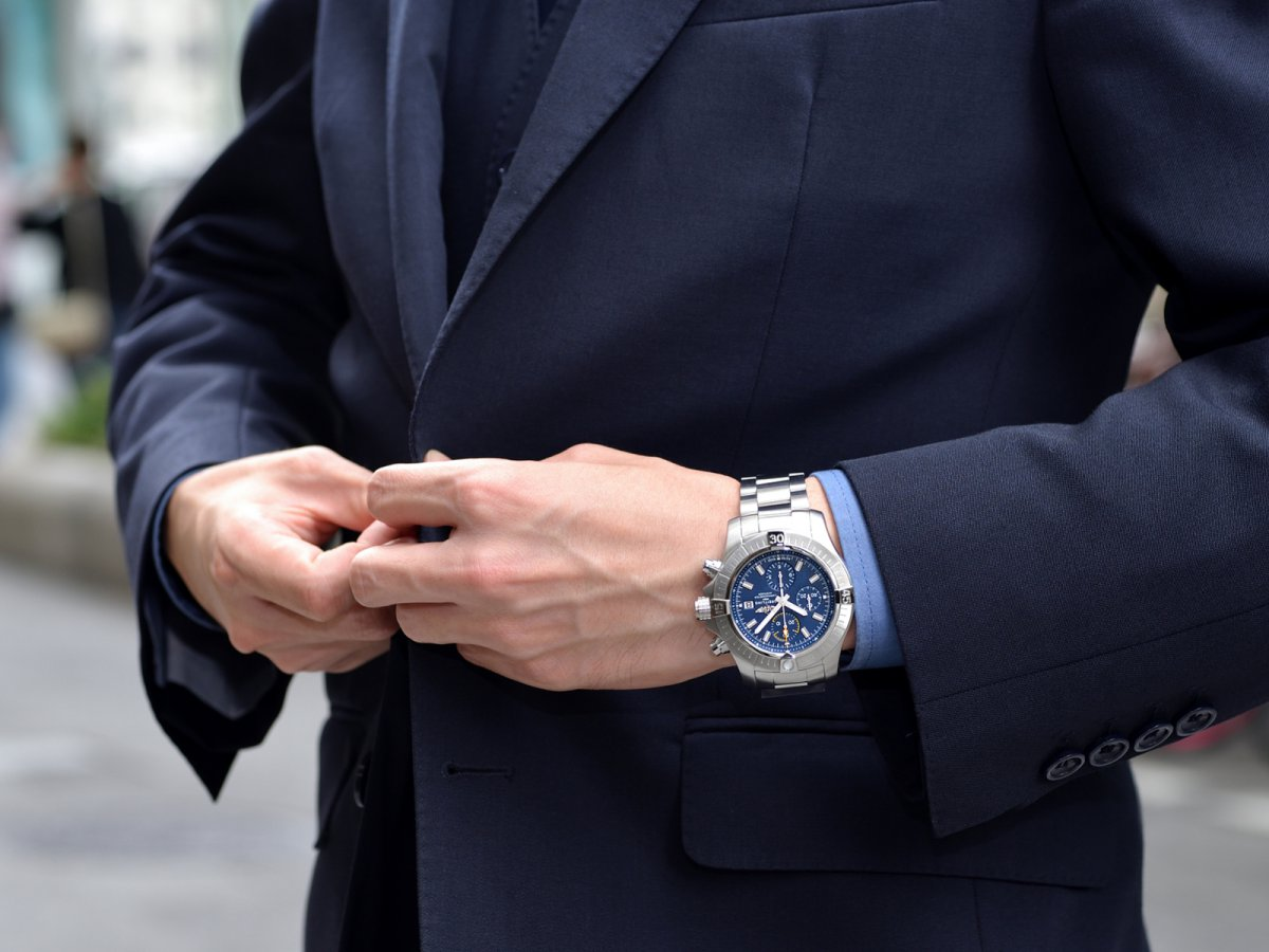 2019年秋 新作!マットなブルー文字盤にイエローの差し色が目を惹く「アベンジャー クロノグラフ 45」-AVENGER