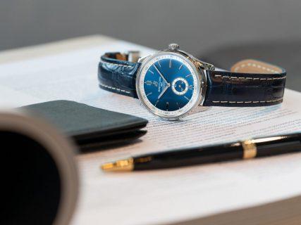 深みのあるブルーダイヤルが綺麗な機械式時計「プレミエ オートマチック 40」