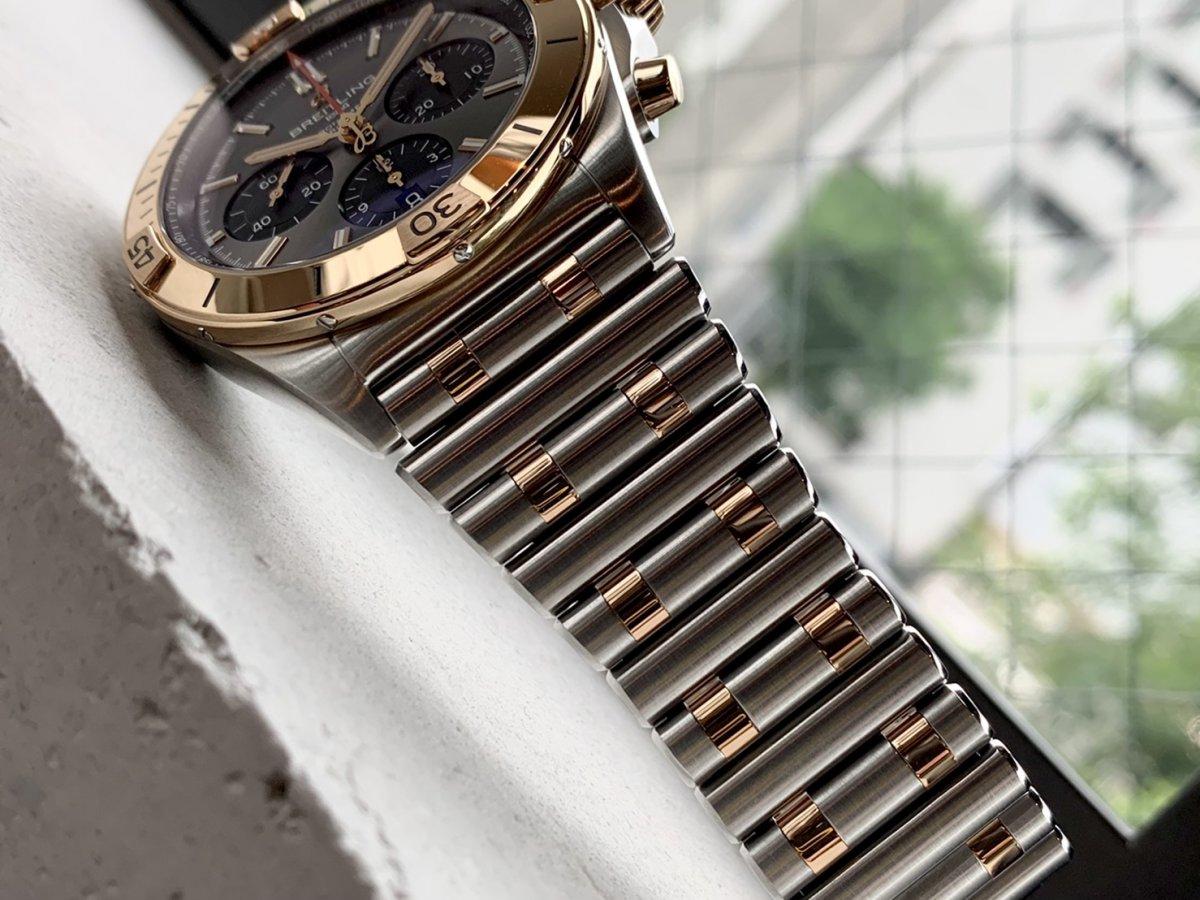 クロノマット B01 42 ゴールドコンビモデルでどんな装いにも高級感をプラス!-CHRONOMAT