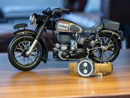 英国オートバイメーカーとのコラボレーションにより誕生したクロノグラフウォッチ!