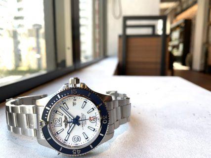 青×白の組み合わせで爽やかなスタイルを演出できるモデル「スーパーオーシャン オートマチック 42」