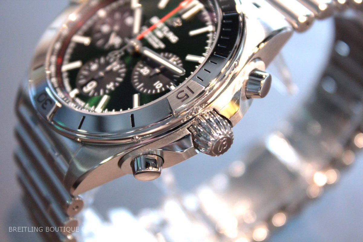 人と違う色の時計が欲しい方必見!鮮やかなグリーンダイヤル【クロノマット B01 42】-クロノマット